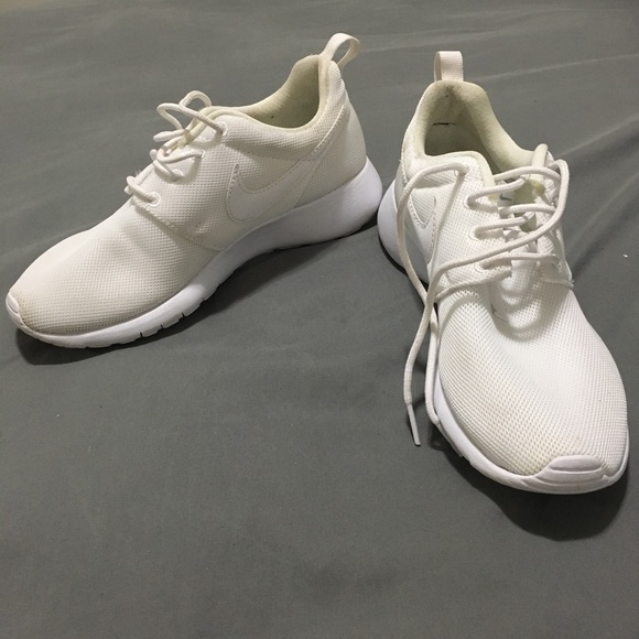 low priced d2b11 6bbbc White Nike Roshes